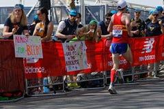 Tłum zachęca biegaczów Zdjęcia Royalty Free