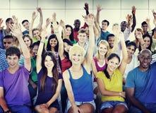 Tłumu uczenie Świętuje Przypadkowego Różnorodnego Etnicznego pojęcie obrazy stock
