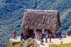 Tłumy goście przy Machu Picchu ruinami obrazy stock