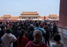 Tłumy iść przez południk bramy w Niedozwolonym mieście obraz royalty free