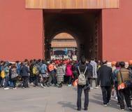 Tłumy iść przez południk bramy w Niedozwolonym mieście fotografia stock