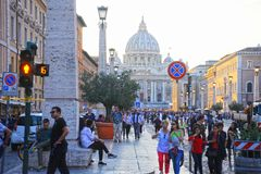 Tłumy ludzie chodzą blisko St Peter bazyliki przy zmierzchem w Rzym, Włochy St Peter katedra w watykanie jest jeden fotografia royalty free