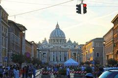 Tłumy ludzie chodzą blisko St Peter bazyliki przy zmierzchem w Rzym, Włochy St Peter katedra w watykanie jest jeden zdjęcia royalty free