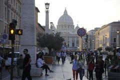 Tłumy ludzie chodzą blisko St Peter bazyliki przy zmierzchem w Rzym, Włochy St Peter ` s obraz royalty free