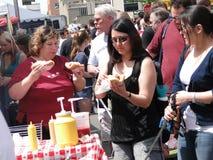 Tłumy pobierać próbki jedzenie obrazy stock