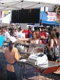 Tłumy pobierać próbki jedzenie obraz stock