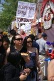 Tłumy pobierać próbki jedzenie zdjęcia royalty free