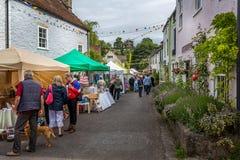 Tłumy robi zakupy przy ulicznymi kramami podczas Nunney Fayre w Nunney, Somerset, obrazy royalty free
