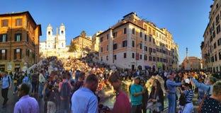 Tłumy turyści blisko Hiszpańskich kroków w Rzym obraz stock