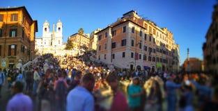 Tłumy turyści blisko Hiszpańskich kroków w Rzym zdjęcia royalty free