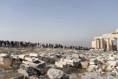 Tłumy turyści leją się w kierunku Parthenon przy akropolem fotografia royalty free