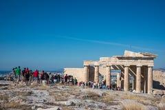 Tłumy turyści na miejsce przeznaczenia wzgórzu, akropol, Ateny zdjęcie stock