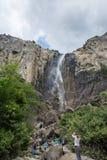 Tłumy utrzymują się wokoło Bridal przesłona spadków w Yosemite parku narodowym obrazy royalty free