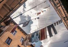 T恤杉和其他衣裳在绳索在老围场 免版税库存照片