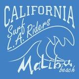 T恤杉打印设计,印刷术图表夏天传染媒介例证徽章补花标签加利福尼亚马利布海滩海浪车手L 库存照片