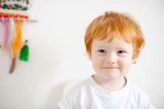T恤杉的一个微笑的男孩 免版税库存图片
