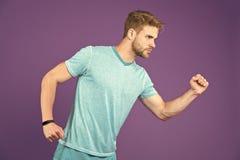T恤杉的在紫罗兰色背景的人和短裤 在蓝色便衣的赛跑者在紫色背景 激活的运动员 库存图片
