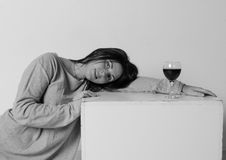 T恤杉的美丽的女孩在立方体,与一杯的正方形附近酒 库存图片