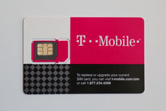 T流动西姆卡片被交付到顾客 图库摄影