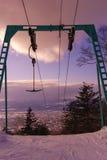 T皮带在日落的滑雪电缆车 库存图片