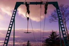 T皮带在紫色日落的滑雪电缆车 Horisontal 图库摄影