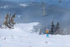 T酒吧滑雪电缆车的滑雪者在Szklarska Poreba,波兰 免版税库存照片