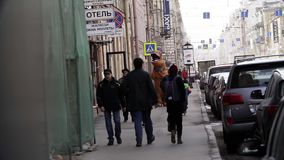 T雷克斯服装的人在走在城市边路的人人群  股票视频