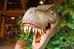 T雷克斯雕象在侏罗纪公园 免版税库存图片