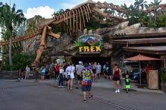 T雷克斯餐馆,丝毫恐龙骨骼,在布埃纳文图拉湖 免版税图库摄影