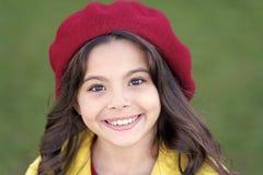 t Γοητευτικό γαλλικό μοντέρνο κορίτσι ύφους Έννοια μόδας πτώσης Βοηθητική γαλλική μόδα καπέλων στοκ φωτογραφίες