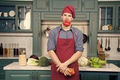 t Χορτοφάγα λαχανικά πιπεριών συνταγής μαγείρων ατόμων Χορτοφάγος έννοια διατροφής r στοκ εικόνα