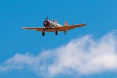 T-6在云彩上的德克萨斯的飞机 免版税图库摄影