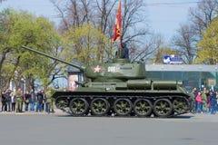 T-34在游行排练的坦克以纪念胜利天在圣彼德堡 免版税库存图片