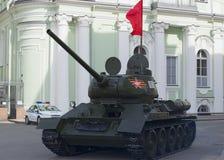 T-34在胜利游行的排练的前面坦克在圣彼德堡 免版税库存照片