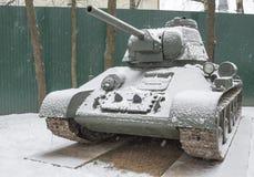 T 34-76-苏联中型油箱(1942), (下雪) 免版税图库摄影