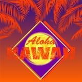 与喂夏威夷字法、椰子橙色棕榈叶、太阳和紫罗兰色标签的T恤杉印刷品在黑暗的日落背景 库存照片