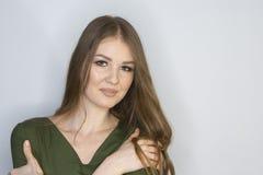 微笑年轻可爱的红头发人的女孩看照相机 有限的景深 库存照片