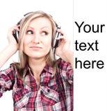 美好的成人淫荡白肤金发的女孩是听t 免版税库存照片