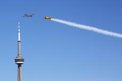 T-33 y Harvard vuelan sobre la torre del NC Foto de archivo