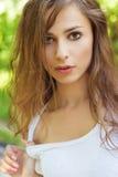 画象白色T恤杉的美丽的性感的妇女有湿头发的 图库摄影