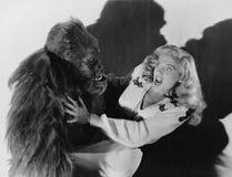 大猩猩被攻击的害怕的妇女(所有人被描述不更长生存,并且庄园不存在 供应商保单t 免版税库存照片