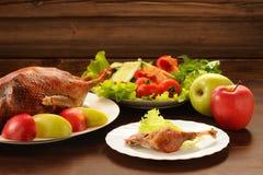 烤鸭子服务与新鲜蔬菜和苹果在木t 免版税库存图片