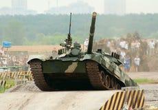 T-80 beklimt de tank over hindernis Royalty-vrije Stock Foto's