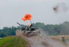 T-80 tank die door de brand gaat Royalty-vrije Stock Afbeelding