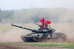 T-80 tank met een vlagcarrier Stock Afbeeldingen