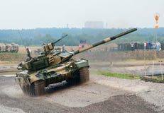 T-90 tank die de hinderniscursus in werking stelt Royalty-vrije Stock Fotografie