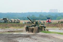 T-90 tank die uit het water te voorschijn komt Stock Afbeelding