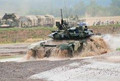 T-90 tank die waterhindernis kruist Stock Foto's