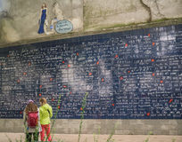 Пристальный взгляд 2 женщин на t'aime je le mur des в montmartre, Париже Стоковое Фото