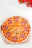 täcka med en skorpa italiensk originell peperonipizza thin Royaltyfri Foto